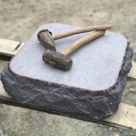 昔ながらの石工道具で手加工を行う。