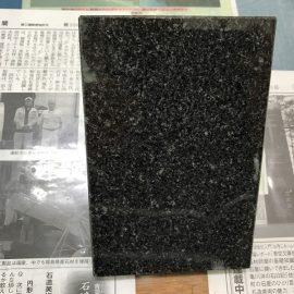 当時の人気石種「北大青」「北大黒」の戒名彫りが続く。