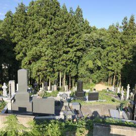 急勾配で山の上の墓地。