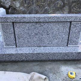 石製扉の据付が完了です。